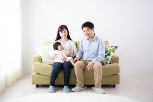 日本人3人家族の写真素材 [FYI04655569]