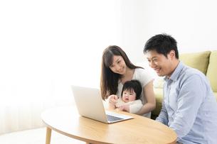 日本人3人家族の写真素材 [FYI04655607]