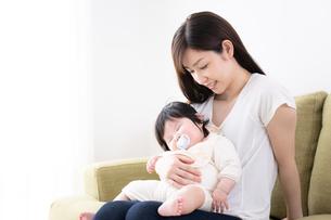 母親と赤ちゃんの写真素材 [FYI04655615]