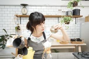 コーヒーを淹れるカフェスタッフの写真素材 [FYI04655704]