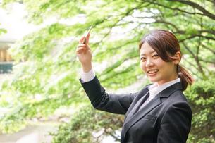 笑顔で自撮りをする若いビジネスウーマンの写真素材 [FYI04655737]
