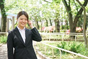 笑顔で営業をする若いビジネスウーマンの写真素材 [FYI04655741]