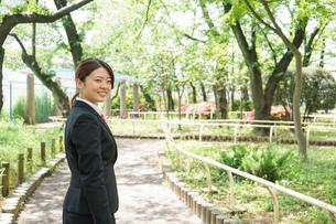 笑顔で営業をする若いビジネスウーマンの写真素材 [FYI04655746]
