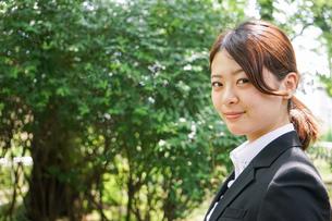 笑顔で営業をする若いビジネスウーマンの写真素材 [FYI04655748]