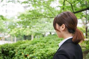 笑顔で営業をする若いビジネスウーマンの写真素材 [FYI04655764]