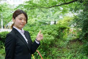 グッドサインをする若いビジネスウーマンの写真素材 [FYI04655766]