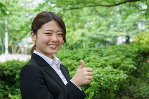グッドサインをする若いビジネスウーマンの写真素材 [FYI04655774]