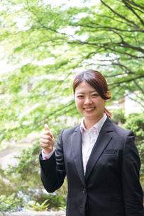 グッドサインをする若いビジネスウーマンの写真素材 [FYI04655781]