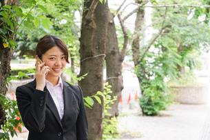 スマホで通話するビジネスウーマンの写真素材 [FYI04655809]