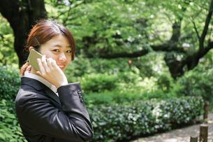 スマホで通話するビジネスウーマンの写真素材 [FYI04655815]