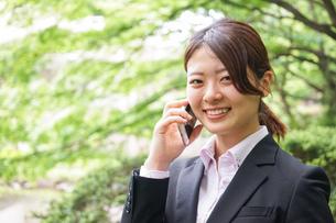 スマホで通話するビジネスウーマンの写真素材 [FYI04655818]