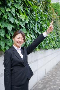 屋外で指をさすビジネスウーマンの写真素材 [FYI04655826]