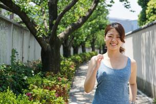 都会をランニングする若い女性の写真素材 [FYI04655837]