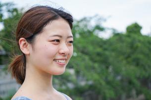 都会をランニングする若い女性の写真素材 [FYI04655854]