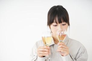 ワインを比べる若い女性の写真素材 [FYI04655866]