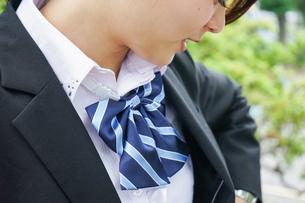 制服を整える若い学生の写真素材 [FYI04655872]