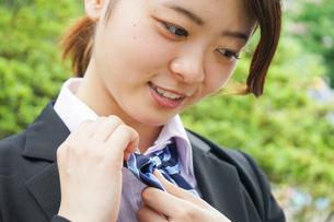 制服を整える若い学生の写真素材 [FYI04655874]