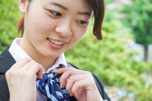 制服を整える若い学生の写真素材 [FYI04655877]