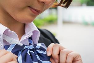 制服を整える若い学生の写真素材 [FYI04655878]