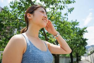 屋外で汗をかく若い女性の写真素材 [FYI04655880]