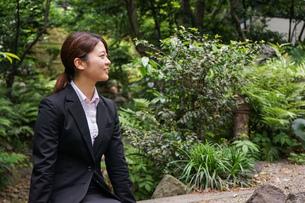 笑顔で外を歩くビジネスウーマンの写真素材 [FYI04655894]