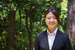 笑顔で外を歩くビジネスウーマンの写真素材 [FYI04655899]