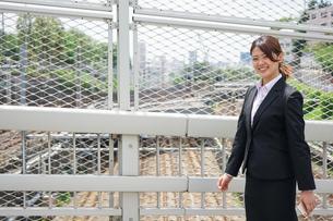 笑顔で外を歩くビジネスウーマンの写真素材 [FYI04655902]