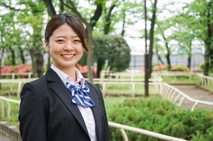 笑顔の制服姿の学生の写真素材 [FYI04655932]
