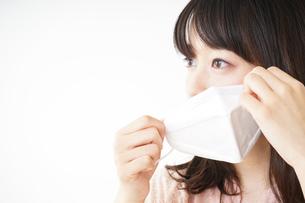 マスクをする若い女性の写真素材 [FYI04655933]