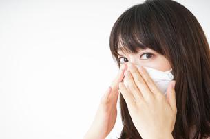 マスクをする若い女性の写真素材 [FYI04655947]