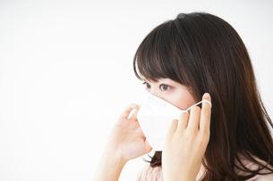 マスクをする若い女性の写真素材 [FYI04655951]