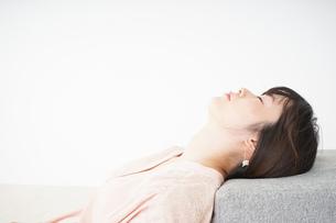 体調不良で横たわる若い女性の写真素材 [FYI04655957]