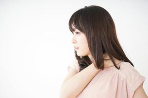 肩こりを感じる若い女性の写真素材 [FYI04655982]