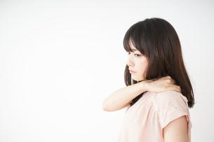 肩こりを感じる若い女性の写真素材 [FYI04655985]
