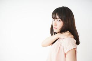 肩こりを感じる若い女性の写真素材 [FYI04655986]
