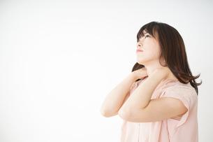 肩こりを感じる若い女性の写真素材 [FYI04655992]