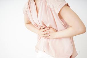 腹痛苦しむ若い女性客の写真素材 [FYI04656005]