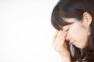 頭痛に苦しむ若い女性の写真素材 [FYI04656012]