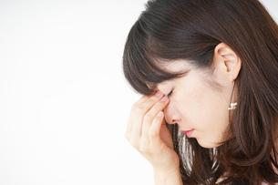 頭痛に苦しむ若い女性の写真素材 [FYI04656013]