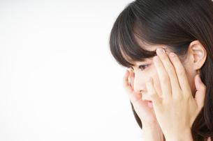 頭痛に苦しむ若い女性の写真素材 [FYI04656014]