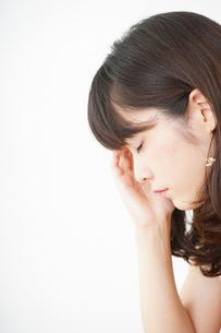 頭痛に苦しむ若い女性の写真素材 [FYI04656015]