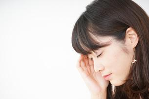 頭痛に苦しむ若い女性の写真素材 [FYI04656016]