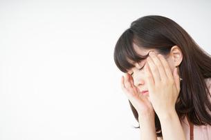 頭痛に苦しむ若い女性の写真素材 [FYI04656017]