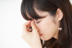 頭痛に苦しむ若い女性の写真素材 [FYI04656018]