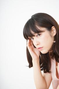 頭痛に苦しむ若い女性の写真素材 [FYI04656020]