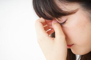 頭痛に苦しむ若い女性の写真素材 [FYI04656023]