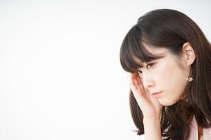 頭痛に苦しむ若い女性の写真素材 [FYI04656026]