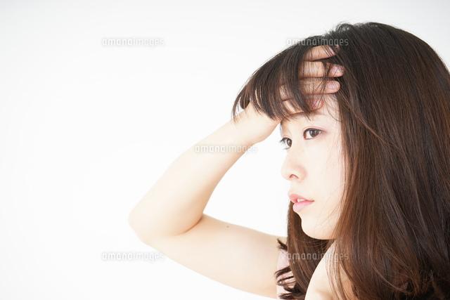 風邪で発熱した若い女性の写真素材 [FYI04656030]