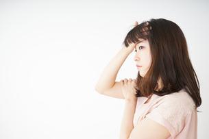 風邪で発熱した若い女性の写真素材 [FYI04656033]