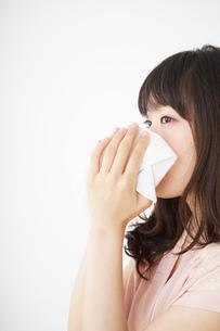 鼻をかむ若い女性の写真素材 [FYI04656046]